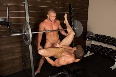 Sexo na academia com dois gostosos musculosos