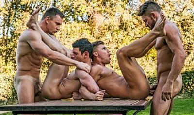 Suruba entre machos fazendo uma suruba gay no Jardim