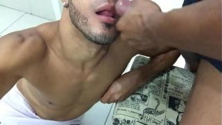 Gay gozando dentro da boca do passivo louco por leitinho
